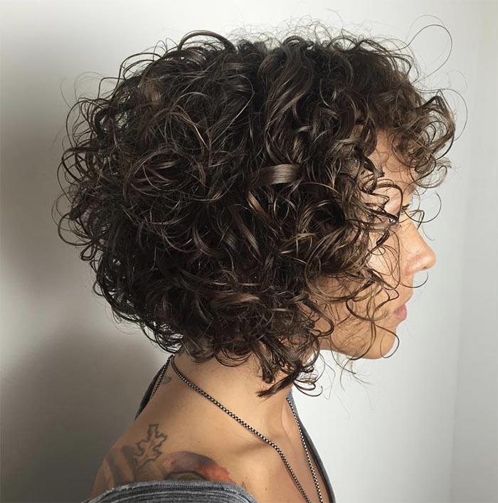 cabelo cacheado curto de bico