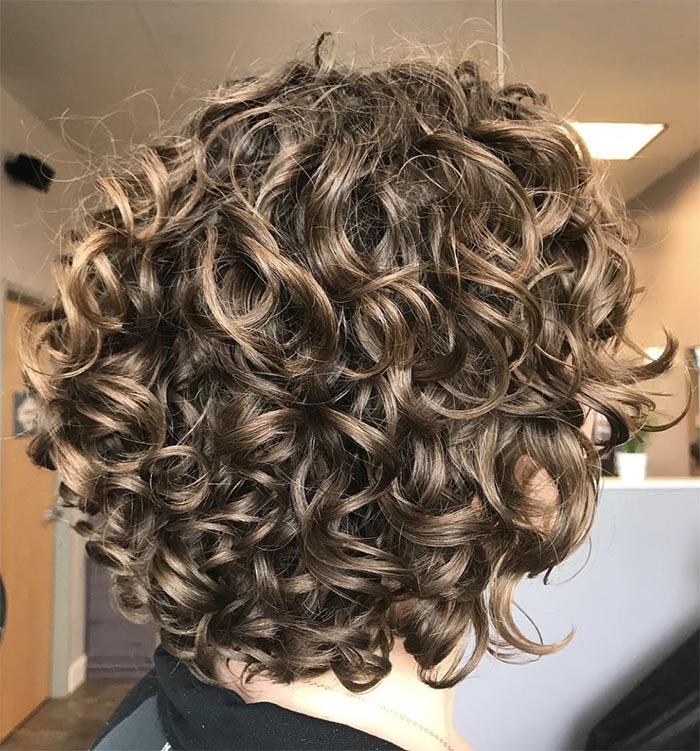 cabelo castanho cacheado curto