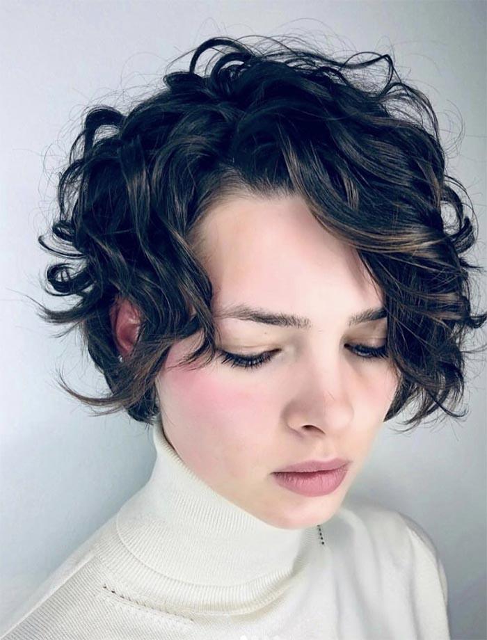 cabelo curto com franja cacheada lateral