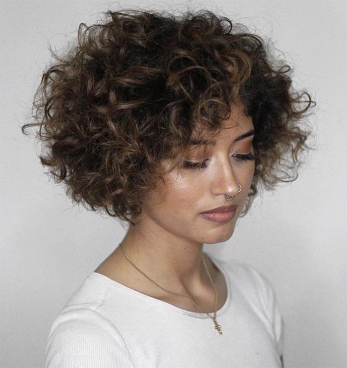 cabelo curto com luzes cacheado