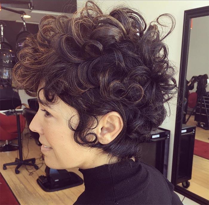 cabelo curto encaracolado
