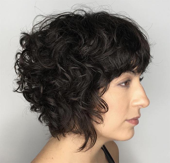 cabelo curto no ombro cacheado