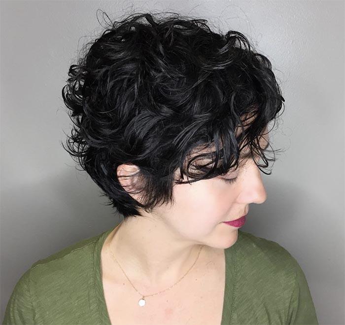cabelo moreno cacheado curto