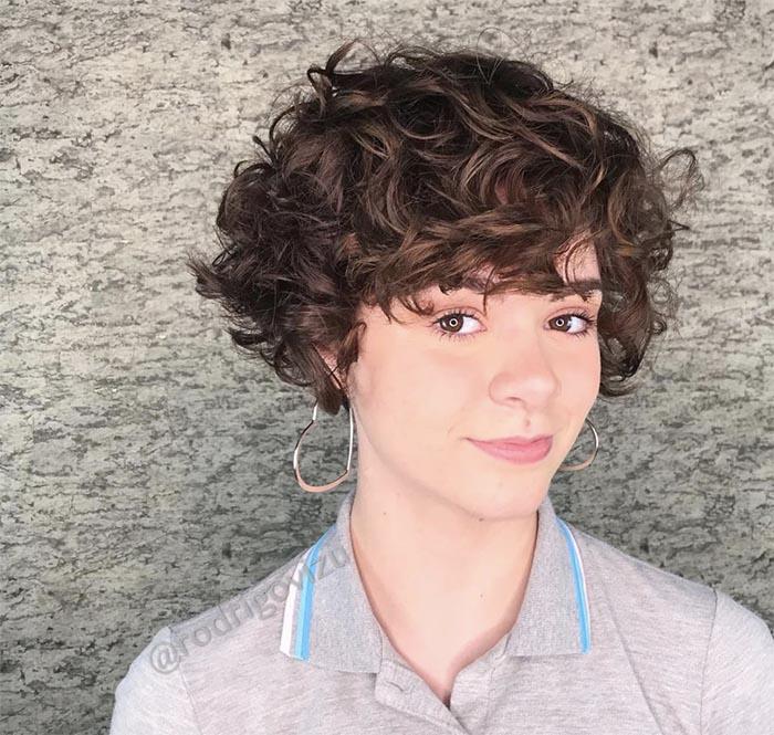 cabelo curto cacheado franja para frente