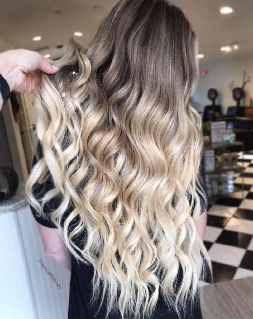 longo cabelo cacheado com luzes californianas