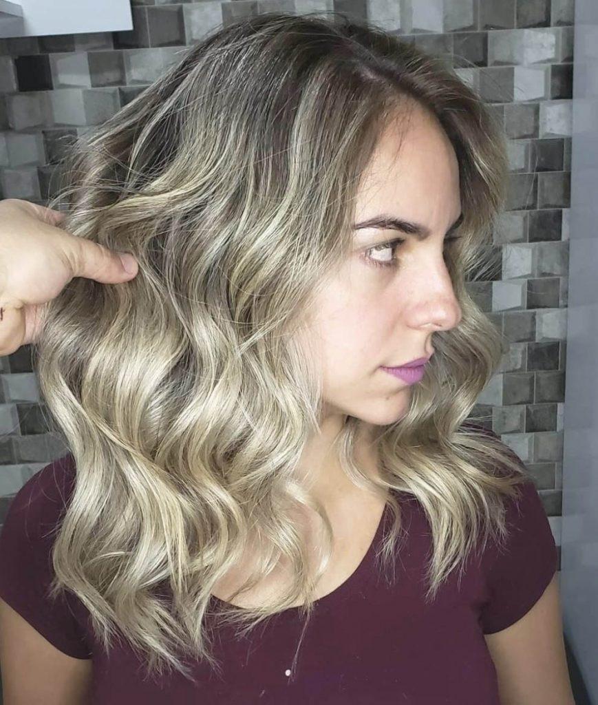 longo cabelo em camadas com luzes