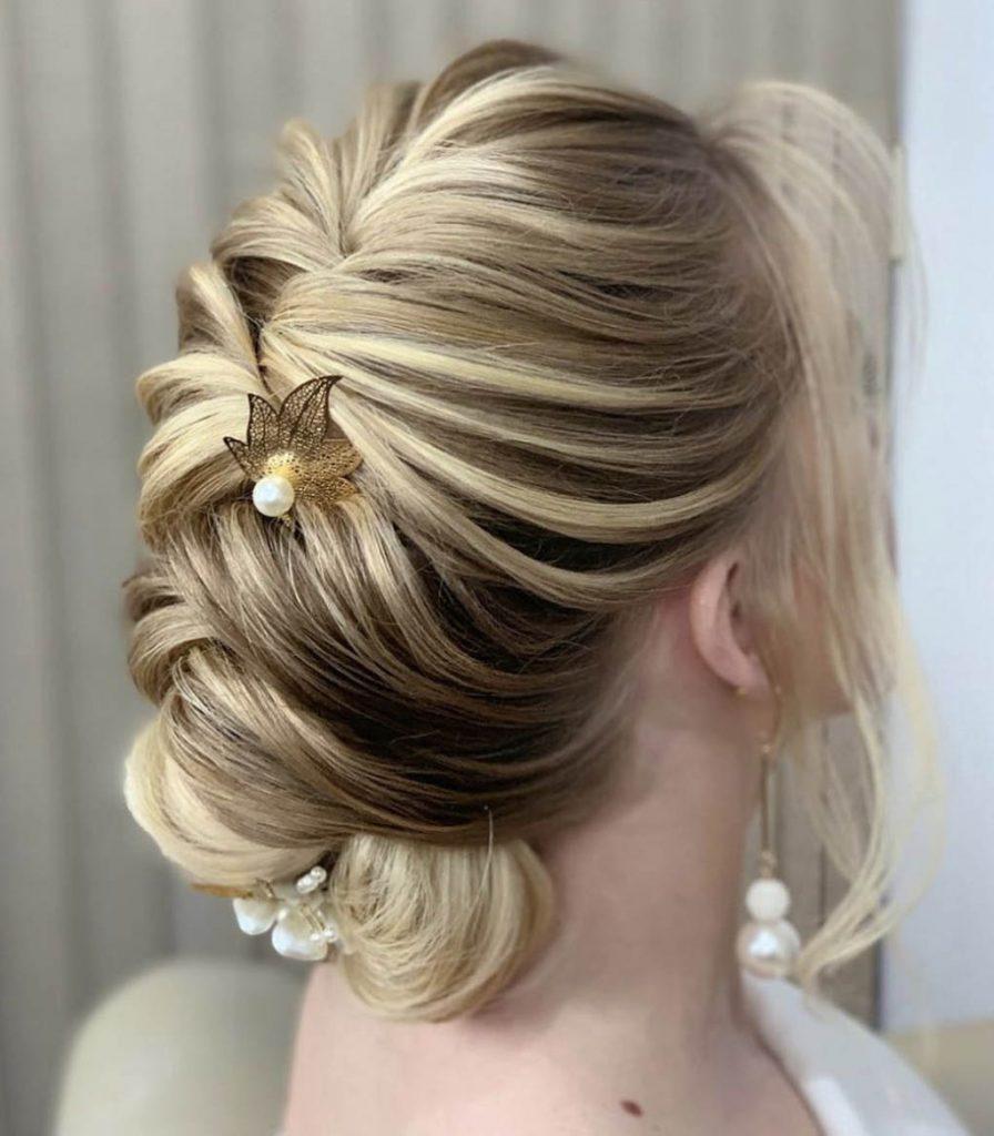 penteado cabelo curto com acessorio perolas