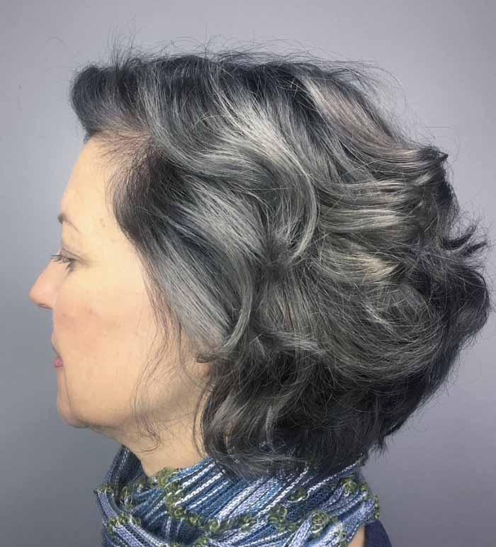 corte de cabelo curto cacheado grisalho para senhoras