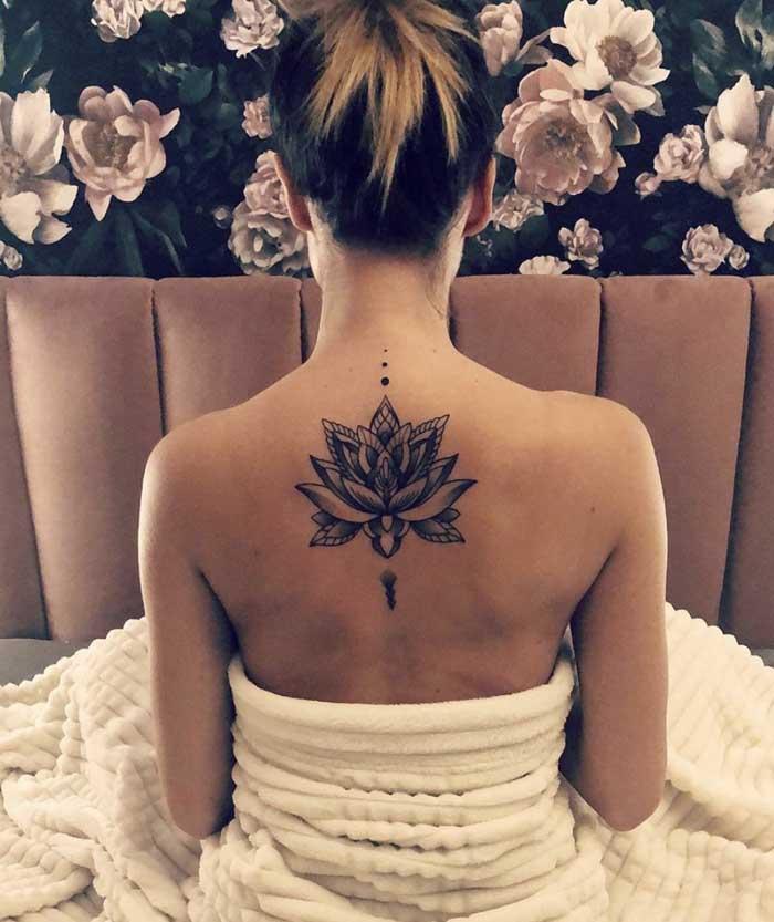 flor de lotus nas costas tatuagem