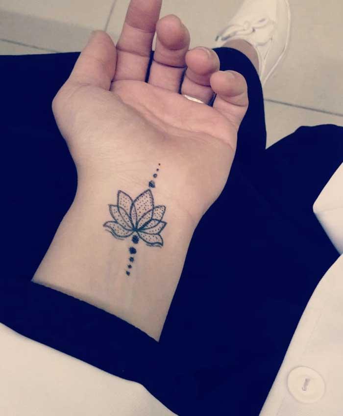 flor de lotus tatuada no punho