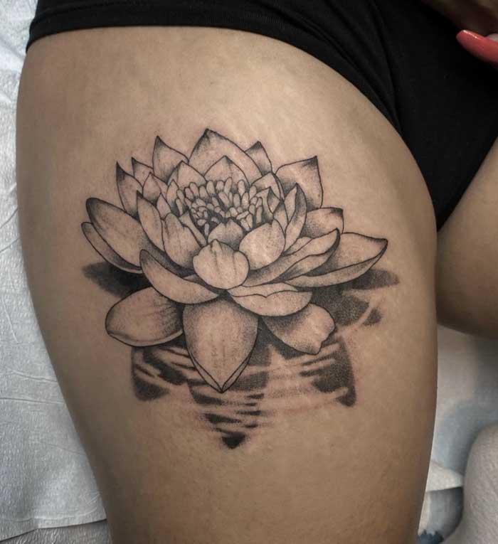 tatuagem flor de lotus na coxa