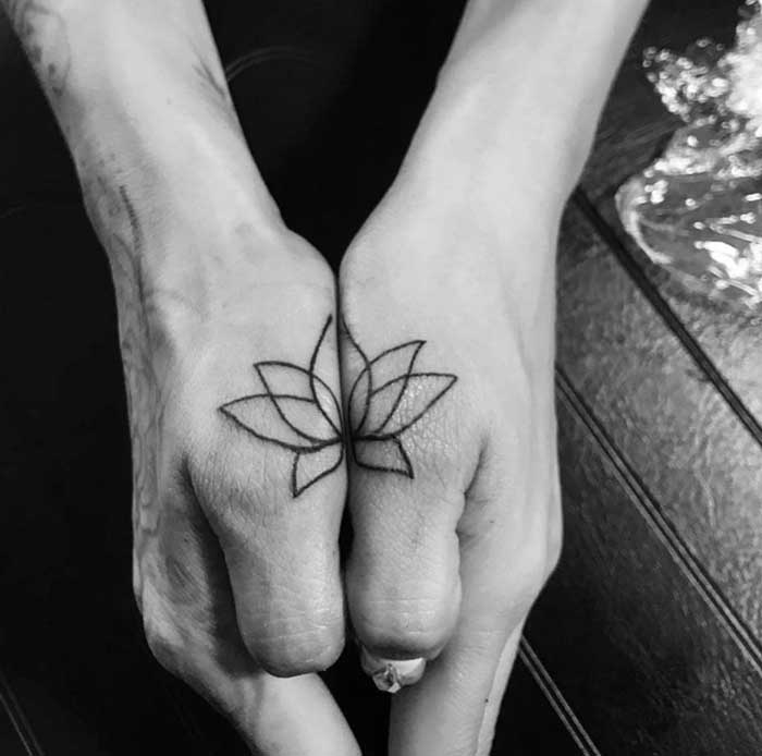 tatuagem flor de lotus nas maos